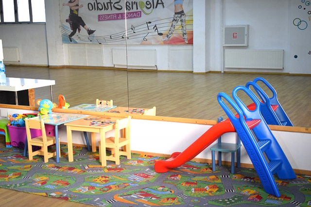 Sala sport cu spatiu joaca pentru copii.